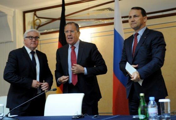 """AFP/""""Scanpix"""" nuotr./Frankas-Walteris Steinmeieris, Sergejus Lavrovas ir Radoslawas Sikorskis"""