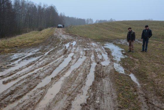 Vilmos Danauskienės nuotr./Kaimynai Juozas Volungevičius (kairėje) ir Algirdas Milukas mano, kad pirmiausia kelią reikėtų paaukštinti ir po juo padaryti pralaidą.
