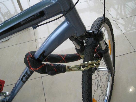 Eurocash1 nuotr./Papildomai reikėtų fiksuoti priekinį ratą, perneriant spyną per ratą, rėmą ir vairo šakę