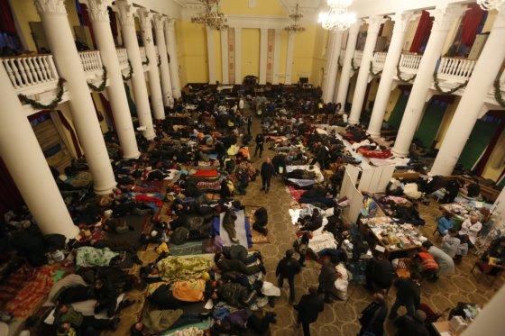 """""""Reuters""""/""""Scanpix"""" nuotr./Protestuotojai miega Kijevo rotušėje"""