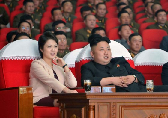 """Scanpix"" nuotr./Šiaurės Korėjos lyderis Kim Jong Unas su žmona Ri Sol Ju Maranbong Band koncerte"