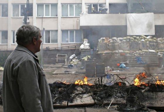"""""""Reuters""""/""""Scanpix"""" nuotr./Sudegęs Mariupolio milicijos būstinės pastatas"""