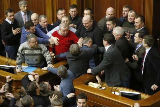 """AFP/""""Scanpix"""" nuotr./Susistumdymai Ukrainos parlamente"""