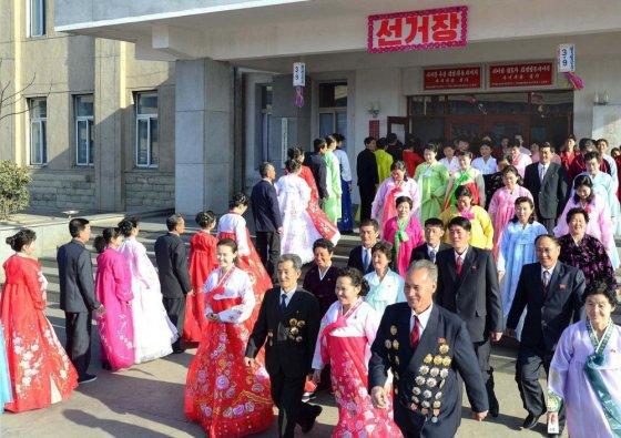 """""""Scanpix"""" nuotr./Valtybinės Šiaurės Korėjos naujienų agentūros platinamose nuotraukose - tik gražiai apsirengę ir besišypsantys žmonės"""