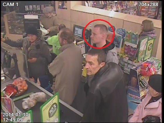 Vyriškis sausio 10 d. Alytuje prekybos centre IKI pavogė moters, stovėjusios eilėje prie kasos, piniginę
