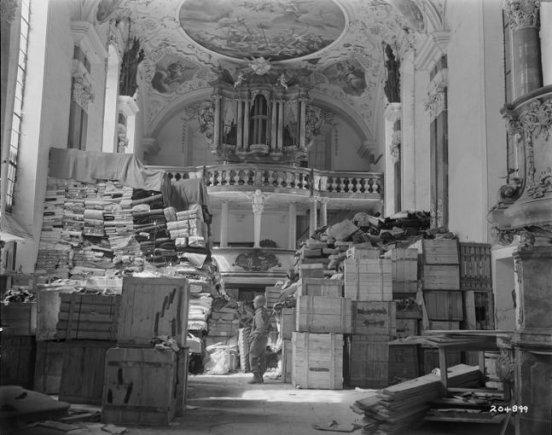 Nacių pavogti paveikslai sukrauti bažnyčioje