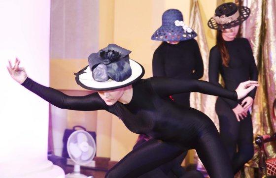 """Luko Balandžio/Žmonės.lt nuotr./Annos Mois skrybėlaičių kolekcijos """"Aštuonios"""" pristatymas"""