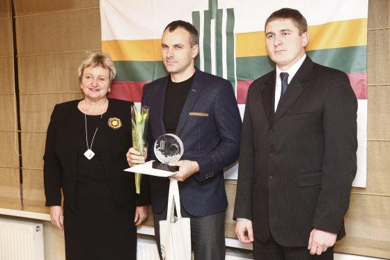 Luko Balandžio/Žmonės.lt nuotr./Kristina Miškinienė įteikė apdovanojimą
