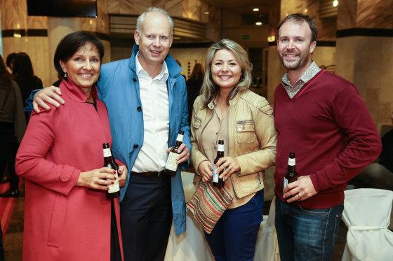 Luko Balandžio/Žmonės.lt nuotr./Rolandas Viršilas su žmona Aukse ir Beata Nicholson su vyru Tomu