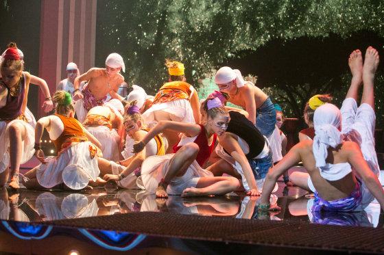 """Gretos Skaraitienės/Žmonės.lt nuotr./Pabradės moksleivių šokių kolektyvas """"Gelmė"""""""