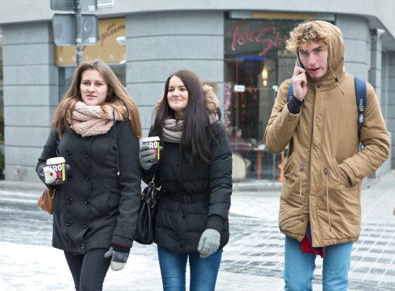 Gretos Skaraitienės/Žmonės.lt nuotr./Žmonės gatvėje su kava