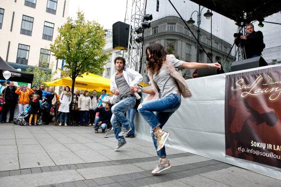 Gretos Skaraitienės/Žmonės.lt nuotr./Taikos dienos šokis Vinco Kudirkos aikštėje
