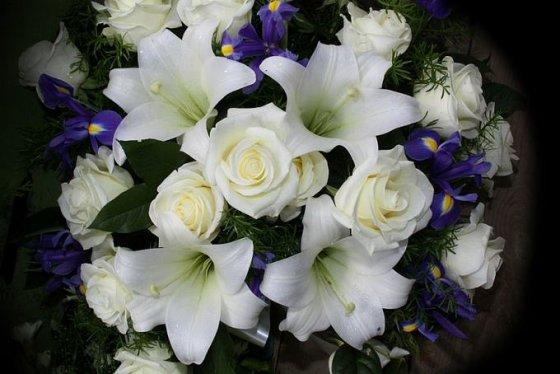 Baltų gėlių puokštė