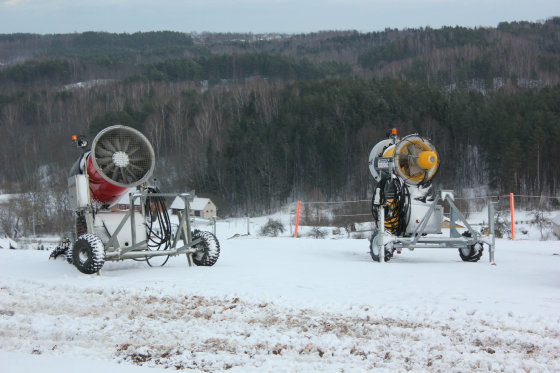 Indrės Jurčenkaitės nuotr./Dirbtinio sniego gamybai skirtos patrankos