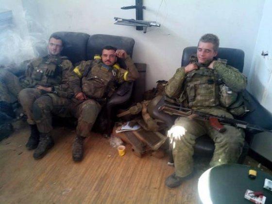 """""""Facebook"""" nuotr./Donecko oro uosto terminalą gina ne tik profesionalai, bet ir savanoriai."""