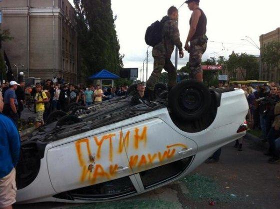 twitter.com/myroslavapetsa nuotr./Protestas prie Rusijos ambasados Kijeve