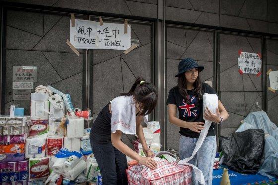 """AFP/""""Scanpix"""" nuotr./Punktas, kuriama dalijami reikmenys protestuotojams"""