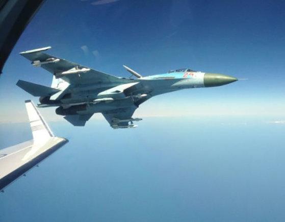 Švedijos FRA nuotr./Rusijos naikintuvas prie Švedijos žvalgybinio orlaivio