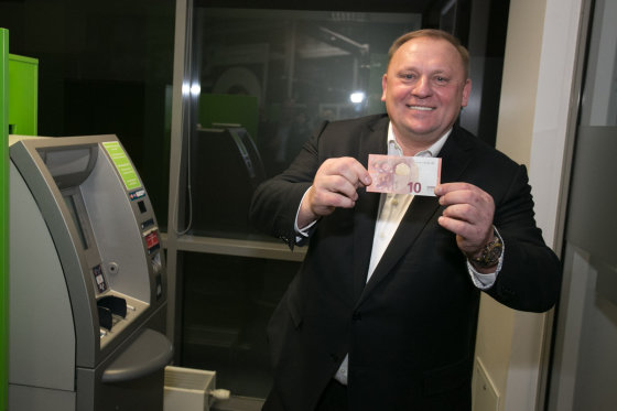 SEB nuotr./SEB bankomate pirmuosius pirmasis paėmė banko vadovas Raimondas Kvedaras