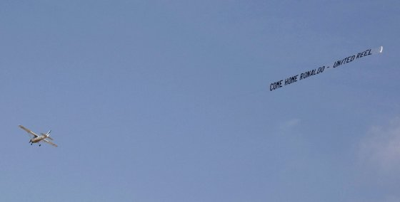 "AFP/""Scanpix"" nuotr./Plakatas virš ""Villarreal"" stadiono"