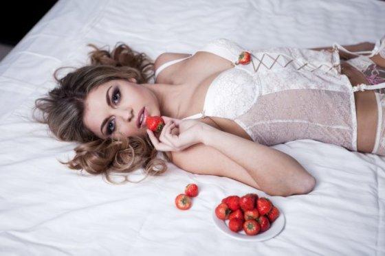 Fotolia nuotr./Moteris valgo braškes