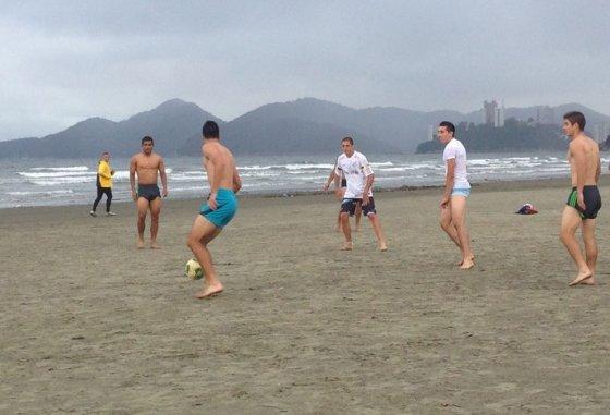 Meksikos rinktinės žaidėjai pažaidė futbolą paplūdimyje