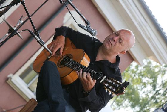 M. Siruso nuotr. /Vakaro svečius užkerėjo gitaros virtuozo Hernano Romero atliekama muzika
