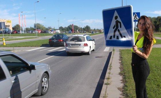 Policijos nuotr. / Eksperimentas Klaipėdos gatvėse – eismą kontroliuoja ilgakojės gražuolės