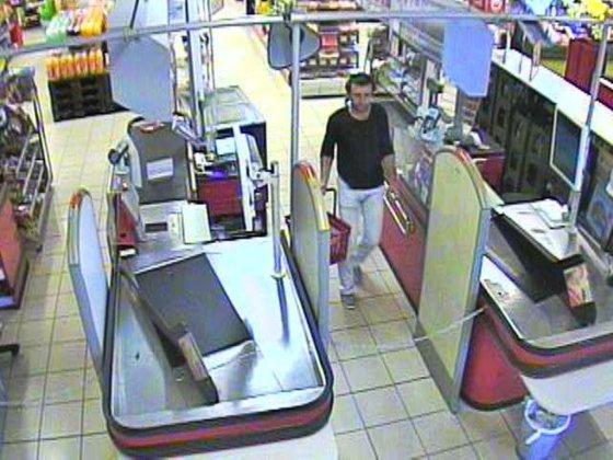 Policijos nuotr. /Vaizdo kameros užfiksavo alkoholį iš parduotuvės nukniaukusį ilgapirštį