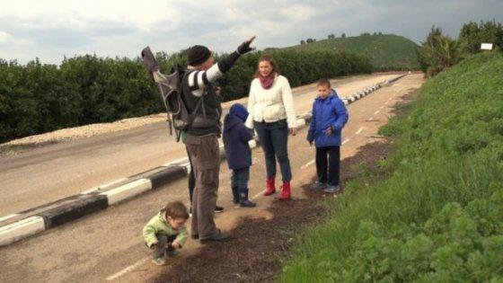 """Laidos """"Emigrantai"""" stop kadras/Emigrantė Izraelyje Rima ir jos vyras Omri, vaikai"""