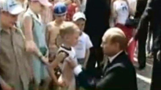 """""""YouTube"""" kadas/Vladimiras Putinas bučiuoja berniuką"""