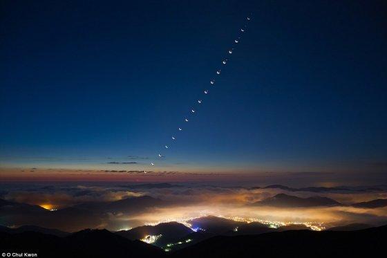 Chulo Kwono nuotr./2012 m. Chulas Kwonas nufotografavo Mėnulio ir Veneros okultaciją virš Hamkaeko kalno Pietų Korėjoje. Nufotografuoti tokį vaizdą jis siekė nuo 1989 m. Venera trumpam pasislepia už Mėnulio, o mažiau nei po valandos pasirodo kitame Mėnulio disko pakraštyje