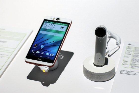 Scanpix nuotr./Išmanusis HTC Desire Eye ir kamera RE