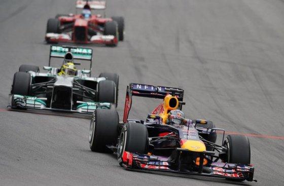 Sebastianas Vettelis priekyje, už jo – Nico Rosbergas