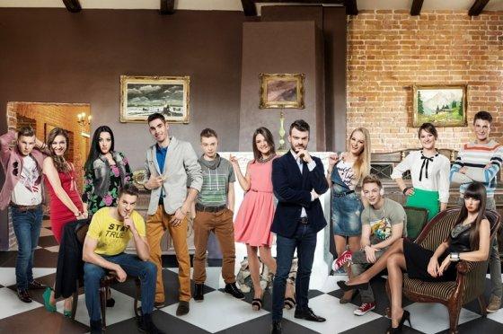 """TV3 nuotr./Socialinio eksperimento """"Tik nesakyk mamai"""" dalyviai ir vedėjas Mindaugas Rainys"""
