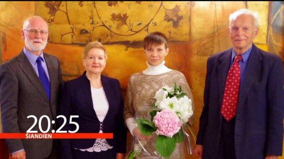Stop kadras/Daiva Sakalė su Aloyzu Sakalu vestuvių dieną su liudininkais