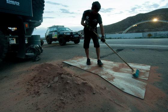 """Elijaus Kniežausko nuotr./""""Fesh-fesh"""" smėlio kiekis, išvalytas iš """"Toyota Hilux"""" automobilio"""