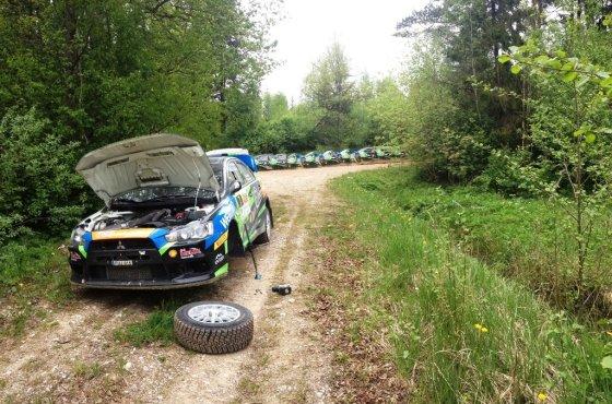 """Komandos nuotr./Sustojęs """"Wellman Rally Team"""" automobilis"""