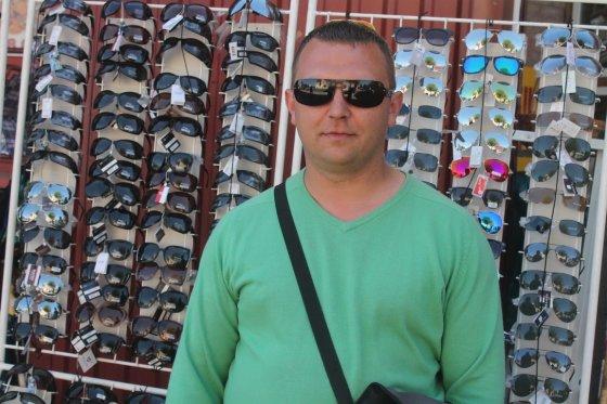 Tomo Markelevičiaus nuotr./Saulės akinių pardavėjas Raimondas Kazlauskas