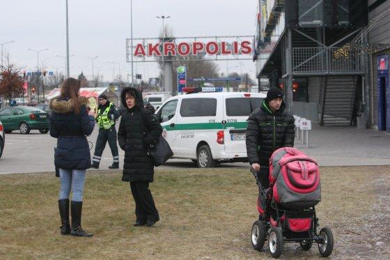 """Alvydo Januševičiaus nuotr./Iš Šiaulių """"Akropolio"""" evakuoti žmonės – pareigūnai ieško bombos"""