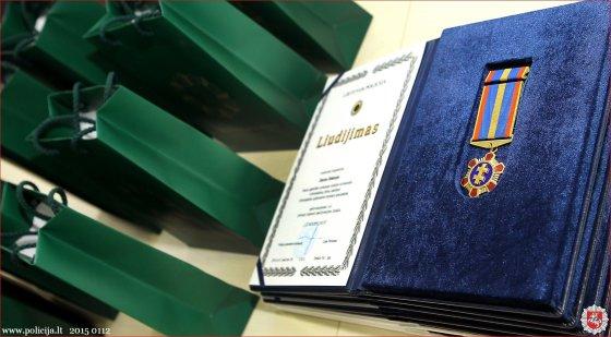 Policijos departamento nuotr./Apdovanoti mažametės išžaginimą Jonavoje atskleidę pareigūnai