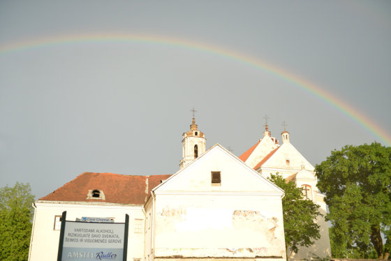Vaivorykštė virš Jokūbo ir Pilypo bažnyčios Vilniuje