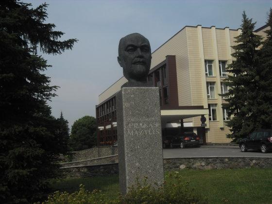Biustas prof. P. Mažyliui