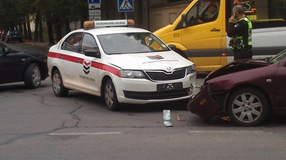 """""""Ekskomisarų biuro"""" ekipažas sukėlė eismo įvykį"""
