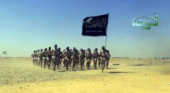 """AFP/""""Scanpix"""" nuotr./Stop kadras iš """"IS"""" propagandinio vaizdo įrašo"""