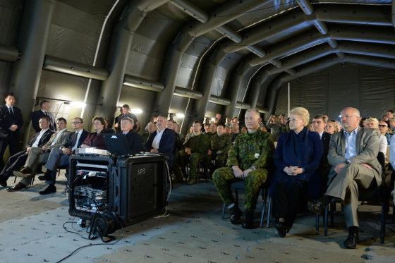 "Prezidentūros nuotr./Prezidentė Dalia Grybauskaitė apsilankė pratybose ""Kardo kirtis"""