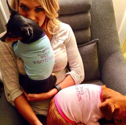 """""""Instagram"""" nuotr./Carrie Underwood su augintiniais Ace'u ir Penny"""