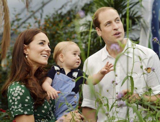 """""""Reuters""""/""""Scanpix"""" nuotr./Princas Williamas ir Kembridžo hercogienė Catherine su sūnumu George'u"""