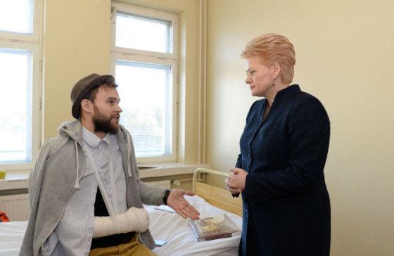 president.lt/R.Dačkaus nuotr./Prezidentė Dalia Grybauskaitė aplankė Vilniuje gydomą Euromaidano dalyvį