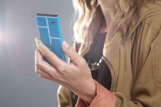 """""""Motorola"""" iliustr./""""Motorola"""" numato, kad telefono rėmas bus standartinis, tačiau kokias detales – ekraną, procesorių, kamerą, bateriją ir t.t. – naudoti, spręs pirkėjai."""